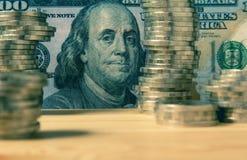 Financiero con la moneda y el billete de banco de la pila Foto de archivo