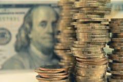 Financiero con la moneda y el billete de banco de la pila Fotografía de archivo