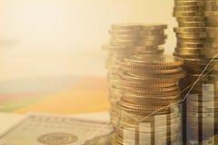Financiero con la moneda y el billete de banco de la pila Mercado de acción financiero Imagen de archivo