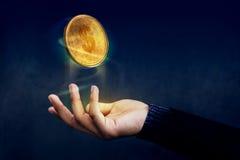 Financiero o beneficio como concepto fácil, ove de oro del flotador de la moneda del dinero imagen de archivo