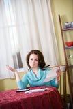 Financiert: Vrouw van het Betalen van Rekeningen wordt en wordt vermoeid verstoord die Stock Foto's
