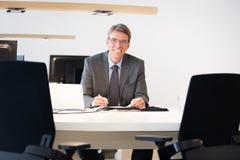 Financiële Adviseurszitting bij Zijn Bureau Stock Foto's