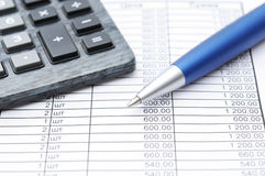 Financiële document, pen en calculator Royalty-vrije Stock Foto's