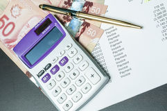 Financiëngeld, calculator en rekeningen Royalty-vrije Stock Afbeelding