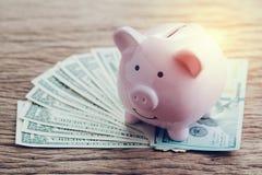 Finans bankrörelse, sparande pengarkonto, rosa spargris på högen arkivfoton