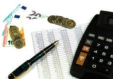 Finans, euromynt, penna och miniräknare på vit bakgrund Arkivfoto