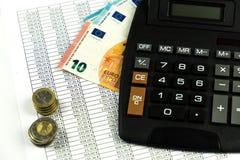 Finans, euromynt, penna och miniräknare på vit bakgrund Royaltyfri Fotografi