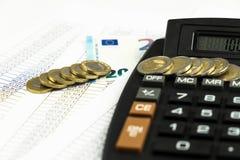 Finans, euromynt, penna och miniräknare på vit bakgrund Royaltyfri Foto