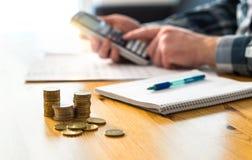 Finans för manplanläggningsfamilj och användaräknemaskin royaltyfri foto