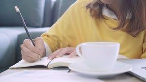 Finans och räknemaskin för dokument för anteckningsbok för handstil för Asien affärskvinna i inrikesdepartementet Tycka om hemmas stock video