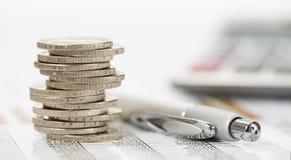 Finans och staplade mynt Arkivbild