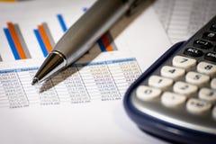 Finans, planläggning för affärsbudget och analysbegrepp, grafrapport med räknemaskinen på kontorsskrivbordet royaltyfria bilder