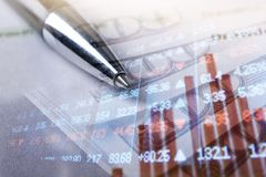 Finans som packar ihop begrepp Euromynt, oss dollarsedelnärbild Abstrakt bild av det finansiella systemet med selektivt Arkivbilder