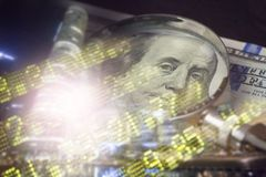 Finans som packar ihop begrepp Euromynt, oss dollarsedelnärbild Abstrakt bild av det finansiella systemet med selektivt Arkivbild