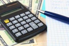 Finansbegrepp: De Förenta staternahundra-dollar räkningarna, räknemaskin, räkningar Arkivfoto