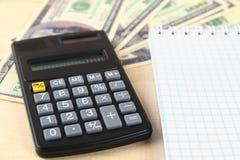 Finansbegrepp: De Förenta staternahundra-dollar räkningarna, räknemaskin, räkningar Fotografering för Bildbyråer