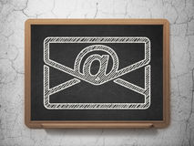 Finansbegrepp: Email på svart tavlabakgrund Arkivbilder