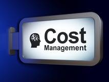 Finansbegrepp: Kosta ledning och huvudet med finanssymbol på affischtavlabakgrund Fotografering för Bildbyråer