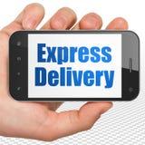 Finansbegrepp: Räcka hållande Smartphone med uttrycklig leverans på skärm Fotografering för Bildbyråer