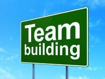 Finansbegrepp: Team Building på vägmärkebakgrund Arkivfoton