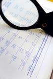 Finansdiagram som studerar Arkivbild