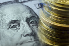 Finanse, deponuje pieniądze pojęcie Euro monety, dolara amerykańskiego banknotu zakończenie Abstrakcjonistyczny wizerunek Pienięż Obrazy Royalty Free