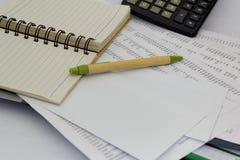 Finanse, skontrum i księgowości pojęcie, Pusty notatnik, papiery, pióro, kalkulator i sterta księgowość na stole, Zdjęcie Stock