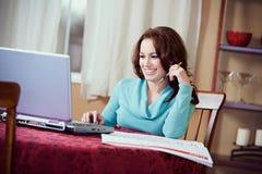 Finanser: Kvinna som kontrollerar online-kalendern för händelse Arkivbild