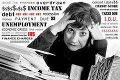 finanser över belastad kvinna Arkivbild