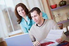 Finanser: Par som tillsammans gör online-bankrörelsen Royaltyfri Foto