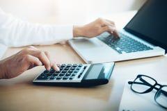 Finanser som sparar ekonomibegrepp Kvinnligt revisor- eller bankirbruk fotografering för bildbyråer