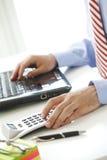 Finansiär som arbetar på banken Arkivfoton