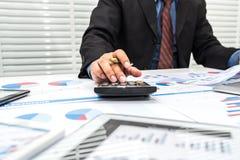Finansiści kalkulują podatek osobistego zdjęcia royalty free