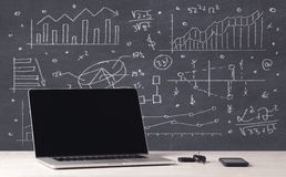 Finansiell affärsdiagram och kontorsbärbar dator Arkivbild