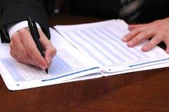 finansiell affärsman 3 läser rapport arkivbilder