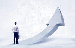 Finansiell affärsman med pilbegrepp Arkivbild