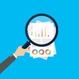 Finansiell analys, begrepp för affärsanalys, förstoringsapparatexponeringsglas med stånggrafen på röd bakgrund För lägenhetstil f royaltyfri illustrationer