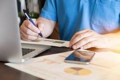 finansiell arbetare som analyserar affärsdata och arbete med bärbara datorn Arkivfoto