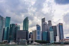 Finansiell byggnad för Singapore Cityscape med molnigt Royaltyfri Foto