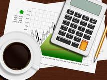 Finansiell diagram, räknemaskin och blyertspenna som ligger på träskrivbordet i nolla Arkivfoton