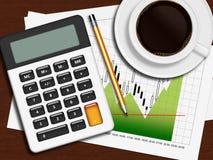 Finansiell diagram, räknemaskin och blyertspenna som ligger på träskrivbordet i nolla Arkivbild