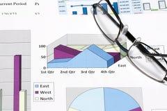 finansiell diagramanalys för affär med glasögon Royaltyfria Foton