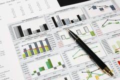 finansiell diagramanalys för affär med pennan Royaltyfria Foton
