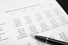 finansiell diagramanalys för affär med pennan Arkivfoto