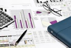 finansiell diagramanalys för affär med pennan, glasögon, calculat Arkivfoton