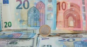 Finansiell herravälde: Ett euro i en last mot bakgrunden av den amerikanska dollaren och euro med utrymme för text Arkivfoto