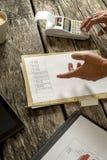 Finansiell konsulent eller revisor som kontrollerar statistiska data och nu Arkivbild