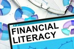 Finansiell läs-och skrivkunnighet på minnestavlan med grafer Arkivfoton