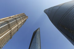 Finansiell mitt för för Shanghai torn som, Jin Mao Tower och Shanghai värld underifrån beskådas Royaltyfria Foton