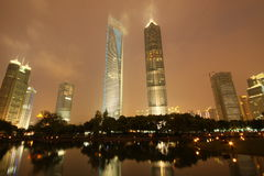 Finansiell mitt för Shanghai värld och Jinmao torn fotografering för bildbyråer